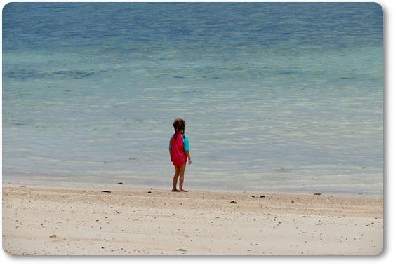 Niño en la arena de la playa